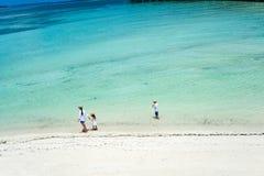 Matka i dzieciaki przy tropikalną plażą Obraz Stock
