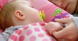 Matka i dziecko śpi w domu 4k zdjęcie wideo