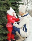 Matka i dziecko blisko choinki w zimie zdjęcie royalty free