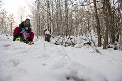 Matka i dziecko iść zjazdowy na śnieżnym saneczki Zdjęcia Royalty Free