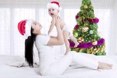 Matka i dziecko jest ubranym Santa kapelusz Zdjęcia Royalty Free
