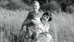 Matka i dziecko jesteśmy chodzący na lata polu, jesteśmy, szczęśliwi i roześmiani zbiory