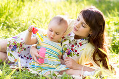 Matka i dziecko ma zabawę outdoors Fotografia Royalty Free