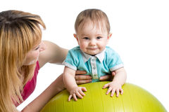 Matka i dziecko ma zabawę z gimnastyczną piłką Zdjęcia Royalty Free