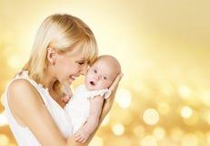 Matka i dziecko, mama chwyta Nowonarodzony dzieciak na rękach, Nowonarodzona dziewczyna obraz stock