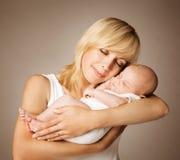 Matka i dziecko, mama z Spać Nowonarodzonego dzieciaka, Szczęśliwy dziecko Obrazy Stock