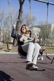 Matka i dziecko na huśtawce Zdjęcia Royalty Free