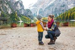 Matka i dziecko na jeziornych braies w południowym Tyrol Zdjęcie Stock