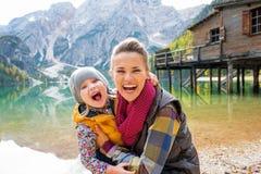 Matka i dziecko na jeziornych braies w południowym Tyrol Zdjęcia Royalty Free