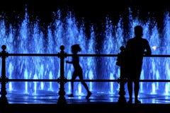 Matka i dziecko patrzeje colorfull fontannę Obrazy Royalty Free