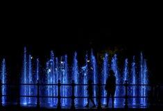 Matka i dziecko patrzeje colorfull fontannę Zdjęcie Royalty Free
