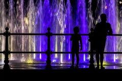 Matka i dziecko patrzeje colorfull fontannę Obraz Stock