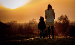 Matka i dziecko patrzeje zmierzch Fotografia Royalty Free
