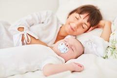 Matka i dziecko ?pimy pokojowo zdjęcia royalty free