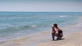 Matka i dziecko przy pogodną plażą, Cote D'Azur Francja zbiory
