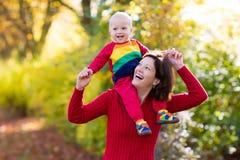 Matka i dziecko w jesieni Spadek plenerowa rodzinna zabawa Obraz Stock