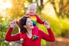 Matka i dziecko w jesieni Spadek plenerowa rodzinna zabawa Zdjęcie Stock