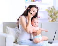 Matka i dziecko w ministerstwie spraw wewnętrznych Obrazy Stock