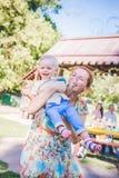 Matka i dziecko w mydlanych dmuchawach Jest szczęśliwa i radości chłopiec uśmiechnięta i roześmiana Letni dzień w parku Fotografia Royalty Free