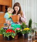 Matka i dziecko z kwiatonośnymi roślinami Zdjęcie Royalty Free