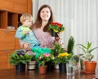 Matka i dziecko z kwiatonośnymi roślinami Obraz Stock