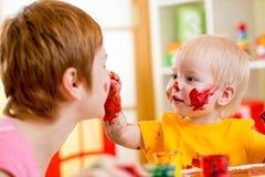 Matka i dziecko zabawę z farbami Zdjęcia Royalty Free