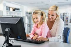 Matka i dziewczyna używa komputer Obraz Royalty Free
