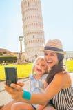 Matka i dziewczynka robi selfie w Pisa Obraz Royalty Free