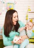Matka i dziewczynka trzyma małego Wielkanocnego królika Obrazy Royalty Free