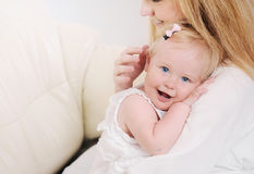 Matka i jej śliczna mała dziewczynka ma zabawę na kanapie Fotografia Royalty Free