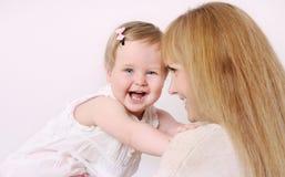 Matka i jej śliczna mała dziewczynka ma zabawę w domu Zdjęcia Royalty Free
