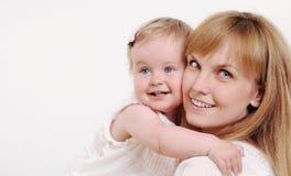Matka i jej śliczna mała dziewczynka ma zabawę w domu Obrazy Stock