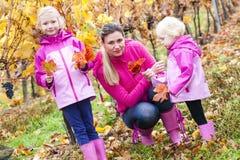 Matka i jej córki w jesieni Zdjęcia Royalty Free