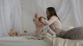 Matka i jej małe córek sztuki na łóżku zbiory