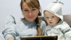 Matka i jej mały syn oglądamy wideo zdjęcie wideo