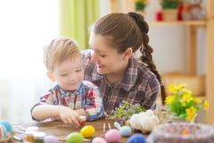Matka i jej syn maluje Wielkanocnych jajka Szczęśliwy rodzinny narządzanie dla wielkanocy wielkanoc szczęśliwy Zdjęcia Stock