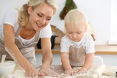 Matka i kulinarny wakacyjny kulebiak małej córki ciastka dla Macierzystego ` s dnia lub Pojęcie szczęśliwa rodzina w kuchni zdjęcie stock