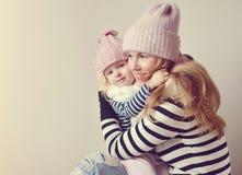 Matka i Mała córka w szaliku, Rodzinny spojrzenie obrazy royalty free