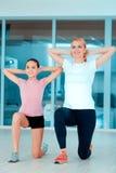 Matka i nastoletnia dziewczyna przy klubem sportowym Zdjęcia Stock