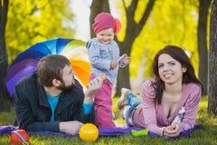 Matka i ojciec plaing z ich córką Zdjęcia Royalty Free