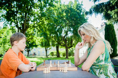 Matka i syn bawić się szachy Zdjęcie Royalty Free