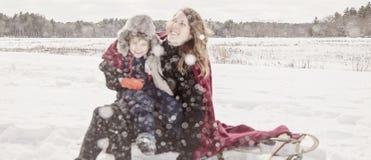 Matka i syn bawić się w śniegu obrazy royalty free