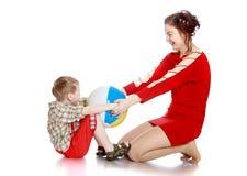 Matka i syn bawić się z balowym obsiadaniem na fotografia stock