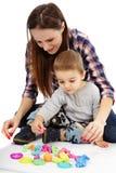 Matka i syn bawić się z glinianym ciastem zdjęcie royalty free