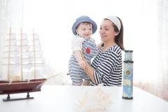 Matka i syn bawić się z statkiem Zdjęcie Stock