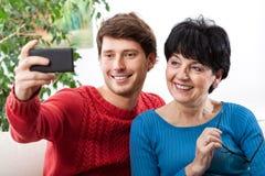 Matka i syn bierze selfie Fotografia Royalty Free