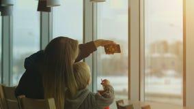 Matka i syn bierze selfie w kawiarni Zdjęcia Royalty Free