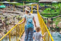 Matka i syn iść na zawieszenie moscie Podróżować z dziecka pojęciem obrazy stock