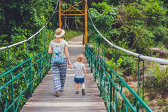 Matka i syn iść na zawieszenie moscie Podróżować z dziecka pojęciem fotografia stock
