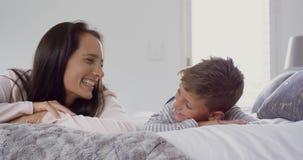 Matka i syn kłama wpólnie na łóżku 4k w domu zdjęcie wideo